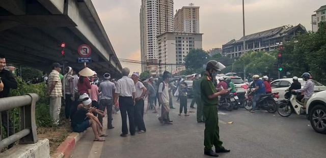 Hà Nội: Cả tuyến đường ùn tắc vì gia đình nạn nhân vụ TNGT đến hiện trường ăn vạ  - Ảnh 3.