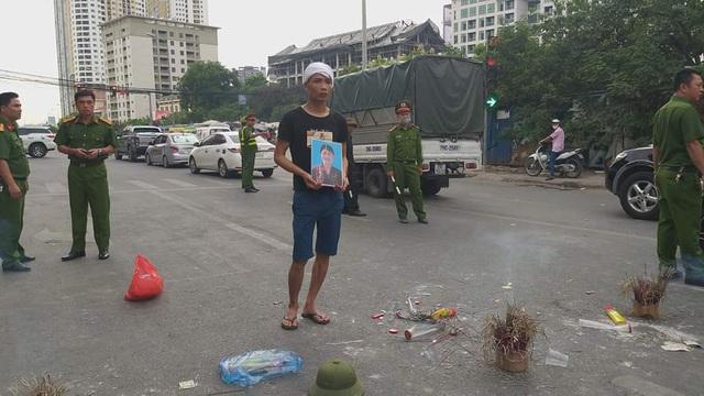 Hà Nội: Cả tuyến đường ùn tắc vì gia đình nạn nhân vụ TNGT đến hiện trường ăn vạ  - Ảnh 2.