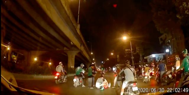 Thấy người phụ nữ mang bầu gặp nạn giữa đường trong đêm vắng, tài xế ô tô có hành động đẹp khiến nhiều người cảm kích - Ảnh 1.