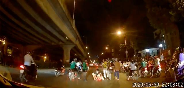 Thấy người phụ nữ mang bầu gặp nạn giữa đường trong đêm vắng, tài xế ô tô có hành động đẹp khiến nhiều người cảm kích - Ảnh 2.