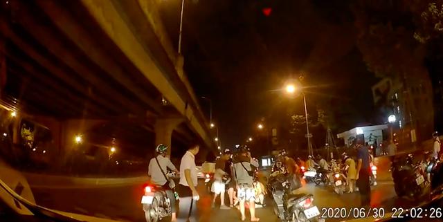 Thấy người phụ nữ mang bầu gặp nạn giữa đường trong đêm vắng, tài xế ô tô có hành động đẹp khiến nhiều người cảm kích - Ảnh 3.
