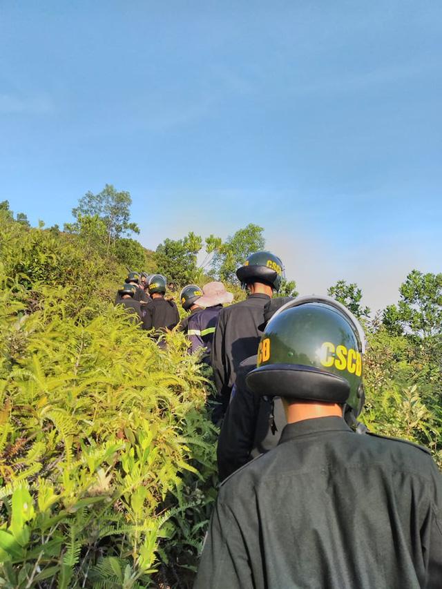 Xúc động hình ảnh hàng trăm chiến sỹ mồ hôi mặn chát, rã rời giữa biển lửa cứu rừng - Ảnh 4.