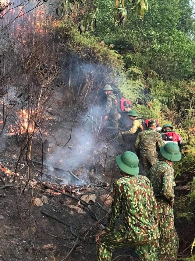 Xúc động hình ảnh hàng trăm chiến sỹ mồ hôi mặn chát, rã rời giữa biển lửa cứu rừng - Ảnh 5.