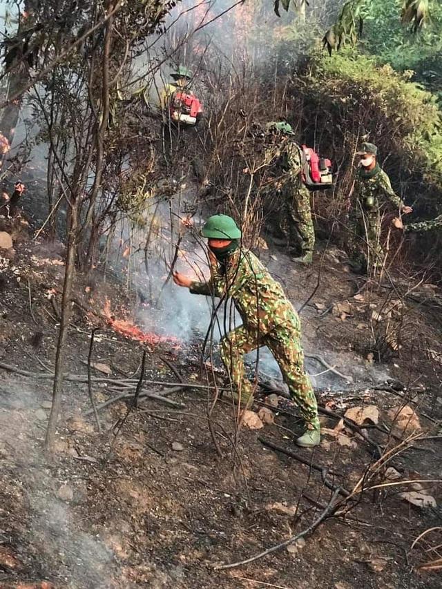 Xúc động hình ảnh hàng trăm chiến sỹ mồ hôi mặn chát, rã rời giữa biển lửa cứu rừng - Ảnh 6.