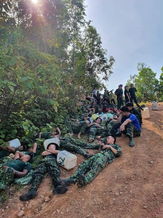 Xúc động hình ảnh hàng trăm chiến sỹ mồ hôi mặn chát, rã rời giữa biển lửa cứu rừng - Ảnh 7.