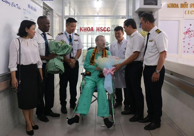 BN91 đêm nay được các đồng nghiệp đưa trở về quê hương sau khi nhận giấy ra viện - Ảnh 6.
