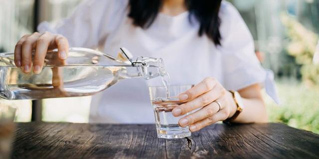 Cứ uống nước lại thấy cơ thể xuất hiện 4 dấu hiệu kỳ lạ này, bạn cần phải đi khám ung thư khẩn cấp - Ảnh 3.