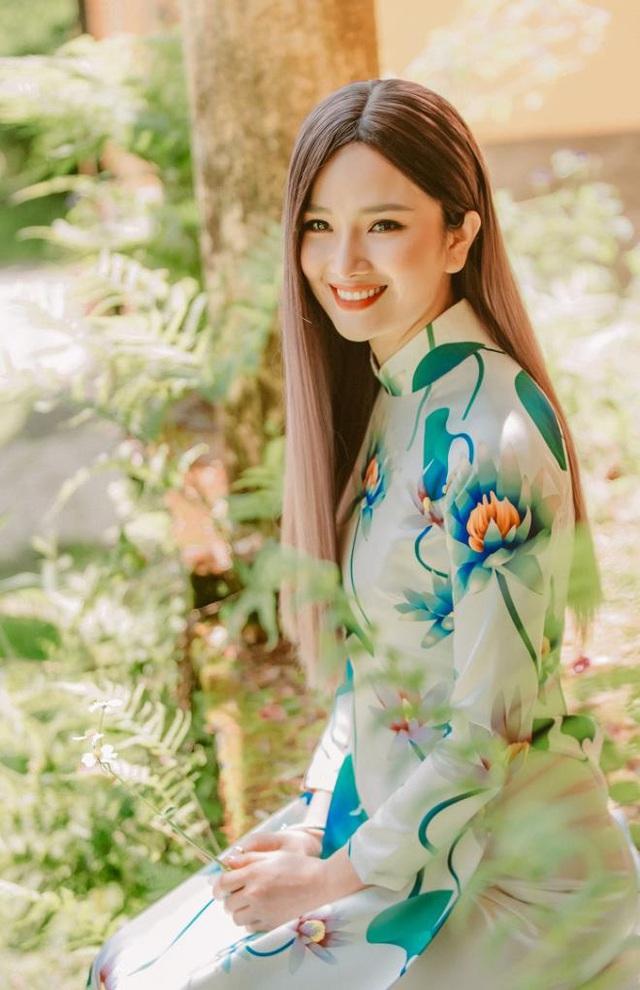 """Hoa hậu được yêu thích nhất 2008 """"biến hoá"""" áo dài giữa Đà Lạt thơ mộng - Ảnh 1."""