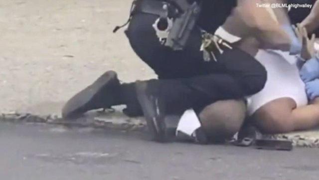 Cảnh sát Mỹ lại bị bắt gặp đè đầu gối lên gáy người da đen - Ảnh 1.