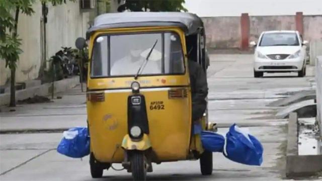 Bức ảnh chở thi thể nạn nhân Covid-19 bằng xe tuktuk - Ảnh 1.