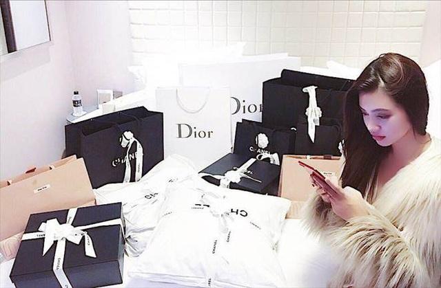 Bộ sưu tập đồ hiệu khủng của hoa hậu richkid Jolie Nguyễn, món đắt nhất là 300 triệu đồng khiến fan mắt tròn mắt dẹt - Ảnh 16.