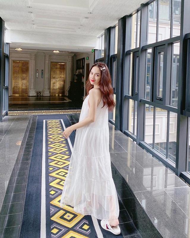 Style đi du lịch của Hương Giang thực sự xuất sắc, chị em không học hỏi là tiếc lắm cho xem! - Ảnh 1.