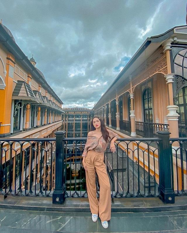 Style đi du lịch của Hương Giang thực sự xuất sắc, chị em không học hỏi là tiếc lắm cho xem! - Ảnh 2.