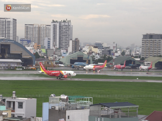 Sửa đường băng ở Nội Bài và TSN: Hành khách kêu trời khi liên tục bị delay, máy bay phải xếp hàng chờ cất cánh - Ảnh 9.