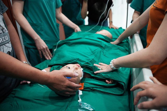 Cuộc đại phẫu đặc biệt tách song sinh dính liền - Ảnh 6.