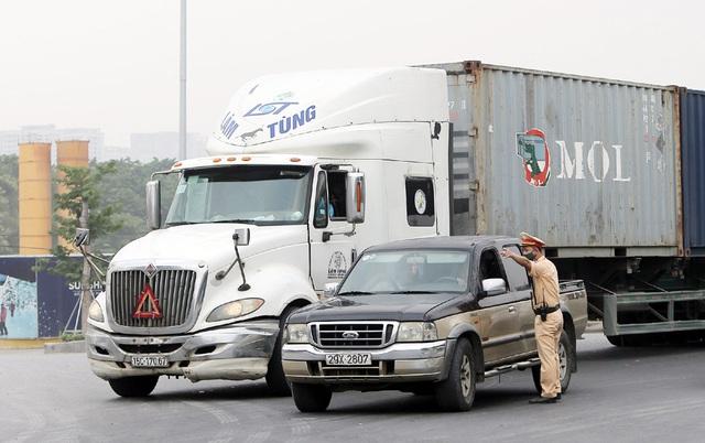 Các phương tiện giao thông di chuyển thế nào trong ngày đầu cấm cầu Thăng Long? - Ảnh 5.