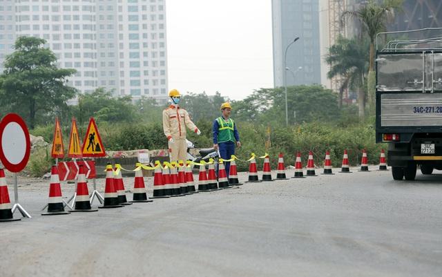 Các phương tiện giao thông di chuyển thế nào trong ngày đầu cấm cầu Thăng Long? - Ảnh 6.