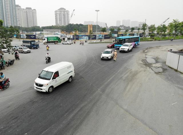 Các phương tiện giao thông di chuyển thế nào trong ngày đầu cấm cầu Thăng Long? - Ảnh 7.