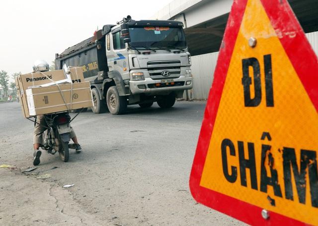Các phương tiện giao thông di chuyển thế nào trong ngày đầu cấm cầu Thăng Long? - Ảnh 8.