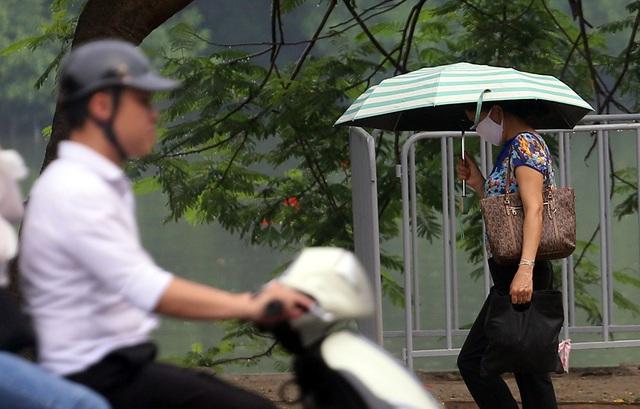 Người dân Hà Nội đeo khẩu trang ra đường khi dịch COVID-19 có nhiều diễn biến mới - Ảnh 1.