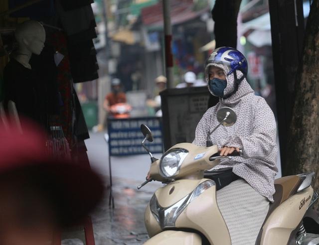 Người dân Hà Nội đeo khẩu trang ra đường khi dịch COVID-19 có nhiều diễn biến mới - Ảnh 3.