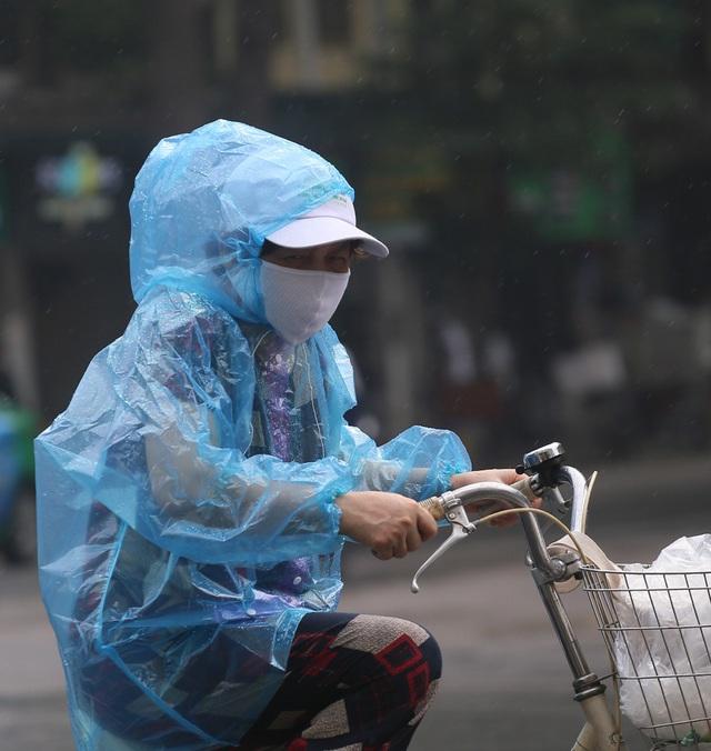 Người dân Hà Nội đeo khẩu trang ra đường khi dịch COVID-19 có nhiều diễn biến mới - Ảnh 7.