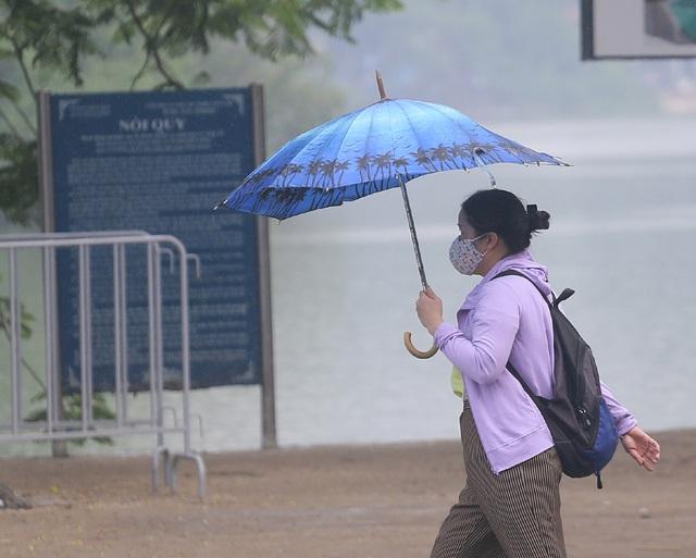 Người dân Hà Nội đeo khẩu trang ra đường khi dịch COVID-19 có nhiều diễn biến mới - Ảnh 10.