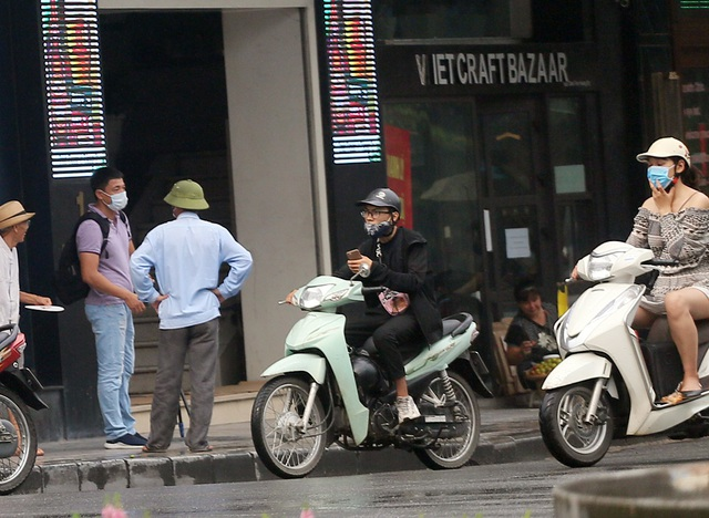 Người dân Hà Nội đeo khẩu trang ra đường khi dịch COVID-19 có nhiều diễn biến mới - Ảnh 13.