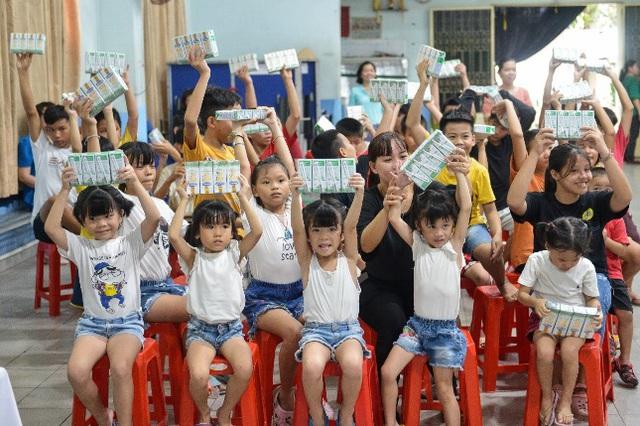 Quỹ sữa vươn cao Việt Nam và Vinamilk tiếp tục hành trình kết nối yêu thương tại TP.HCM - Ảnh 9.