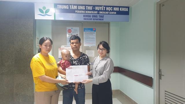 Bạn đọc ủng hộ hơn 22 triệu đồng giúp cháu bé 1 tuổi bị ung thư bàng quang tiếp tục chữa bệnh - Ảnh 3.