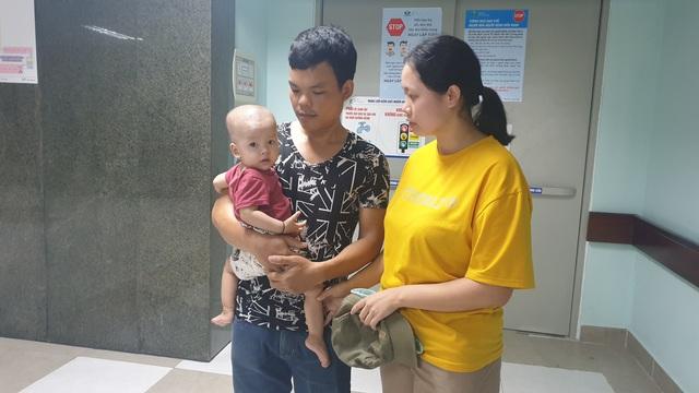 Bạn đọc ủng hộ hơn 22 triệu đồng giúp cháu bé 1 tuổi bị ung thư bàng quang tiếp tục chữa bệnh - Ảnh 2.