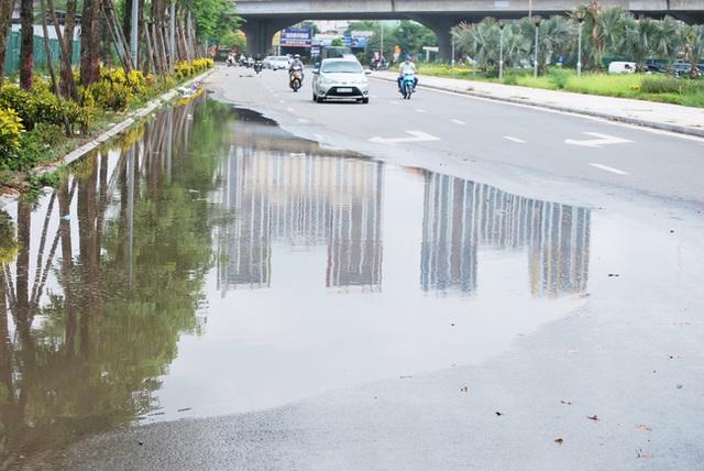 Hà Nội: Đại lộ nghìn vừa tỷ thông xe đã ngập trong rác, nước miễn phí đặt ven đường không ai uống - Ảnh 1.
