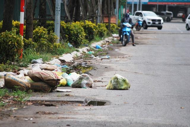 Hà Nội: Đại lộ nghìn vừa tỷ thông xe đã ngập trong rác, nước miễn phí đặt ven đường không ai uống - Ảnh 2.