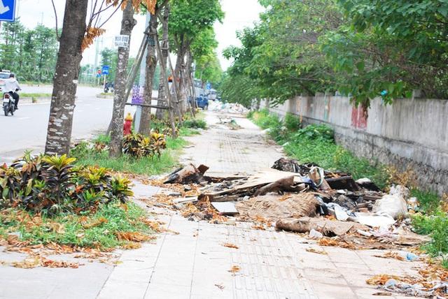 Hà Nội: Đại lộ nghìn vừa tỷ thông xe đã ngập trong rác, nước miễn phí đặt ven đường không ai uống - Ảnh 3.