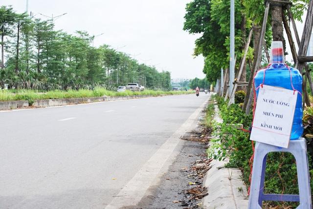 Hà Nội: Đại lộ nghìn vừa tỷ thông xe đã ngập trong rác, nước miễn phí đặt ven đường không ai uống - Ảnh 4.