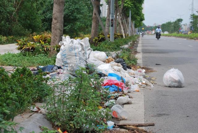 Hà Nội: Đại lộ nghìn vừa tỷ thông xe đã ngập trong rác, nước miễn phí đặt ven đường không ai uống - Ảnh 5.
