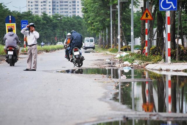 Hà Nội: Đại lộ nghìn vừa tỷ thông xe đã ngập trong rác, nước miễn phí đặt ven đường không ai uống - Ảnh 8.