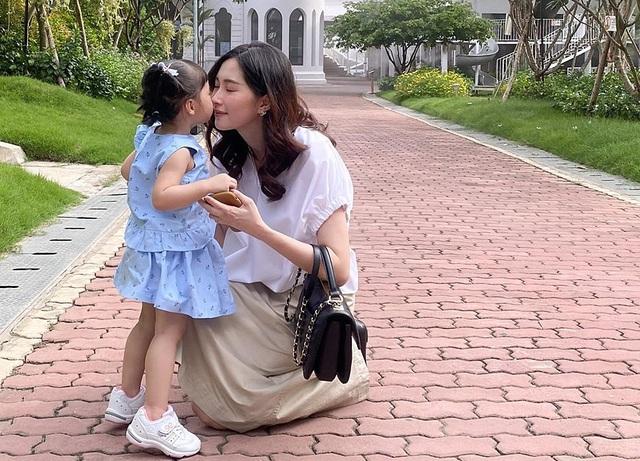 Hoa hậu Đặng Thu Thảo lần đầu lộ mặt con trai - Ảnh 2.