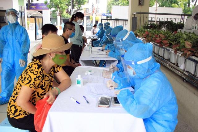 Hối hả đi xét nghiệm COVID-19, người Hà Nội thở phào khi nhận kết quả âm tính - Ảnh 11.