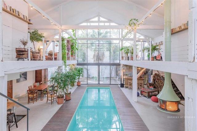 Ngôi nhà màu trắng sở hữu cây xanh và bể bơi bên trong giống như resort nghỉ dưỡng tuyệt đẹp - Ảnh 1.
