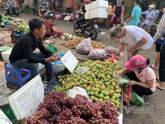 Đi 5km quả nho đắt gấp 4, từ chuồng ra chợ gà tăng giá 3 lần - Ảnh 2.