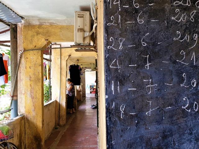 Cận cảnh căn nhà tập thể nghiêng 14 độ ở Hà Nội, hơn 200 người sốngtrong sợ hãi - Ảnh 1.