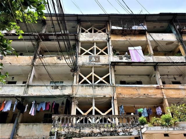 Cận cảnh căn nhà tập thể nghiêng 14 độ ở Hà Nội, hơn 200 người sốngtrong sợ hãi - Ảnh 3.