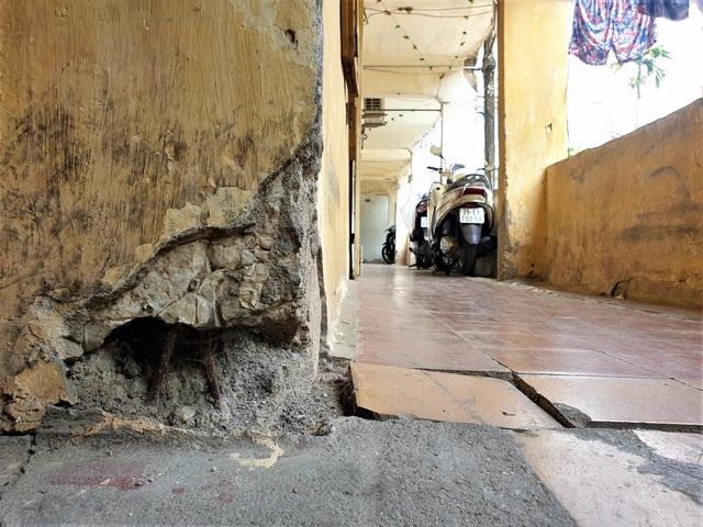 Cận cảnh căn nhà tập thể nghiêng 14 độ ở Hà Nội, hơn 200 người sốngtrong sợ hãi - Ảnh 4.