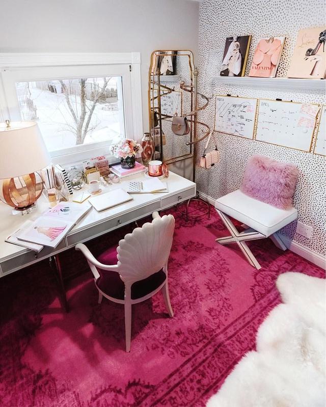 Những ý tưởng trang trí góc làm việc màu hồng ngọt ngào và mát lạnh dành cho các cô nàng đổi gió trong hè - Ảnh 1.