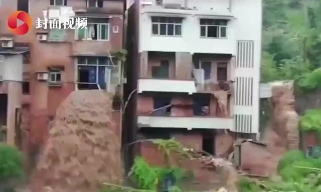 Nước lũ tuôn như thác từ nhà dân ở Trung Quốc - Ảnh 1.