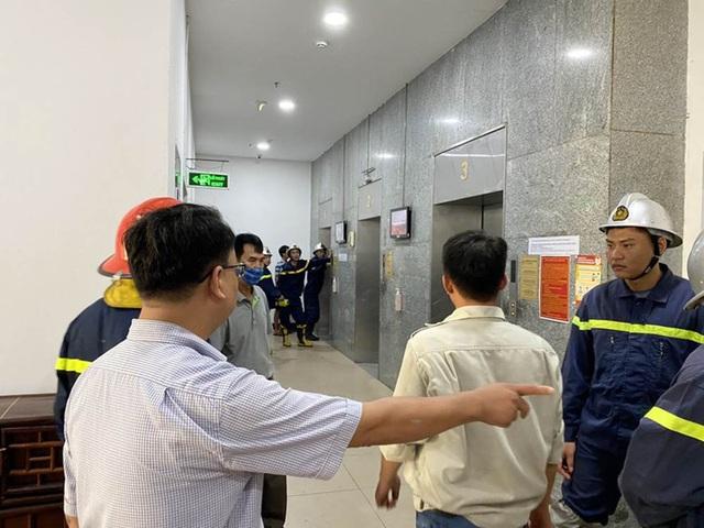 """""""Hú hồn"""" 6 người bị kẹt trong thang máy tại Chung cư 71 Nguyễn Chí Thanh - Ảnh 2."""