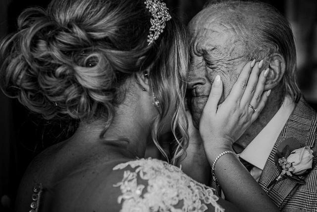 Xúc động khoảng khắc cha lặng lẽ, bật khóc trong đám cưới con gái - Ảnh 1.