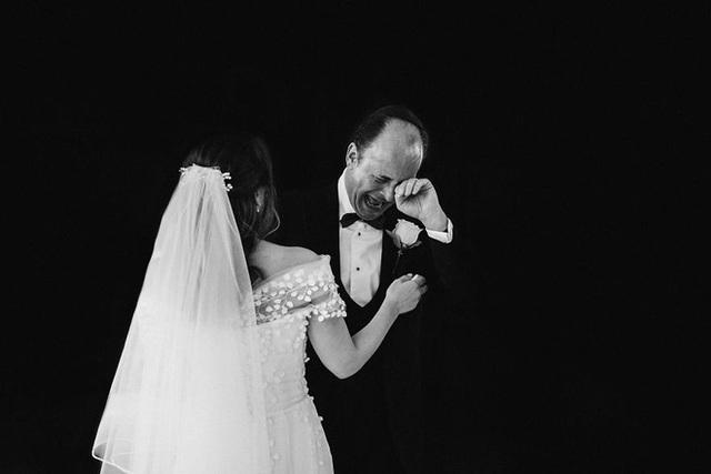 Xúc động khoảng khắc cha lặng lẽ, bật khóc trong đám cưới con gái - Ảnh 2.