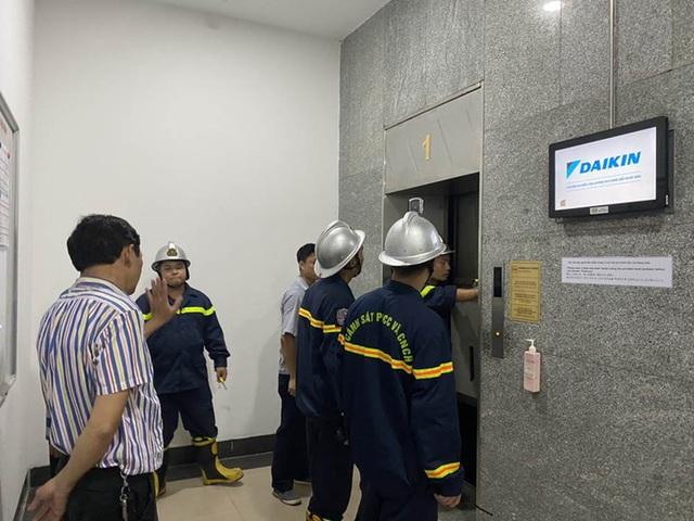 """""""Hú hồn"""" 6 người bị kẹt trong thang máy tại Chung cư 71 Nguyễn Chí Thanh - Ảnh 3."""